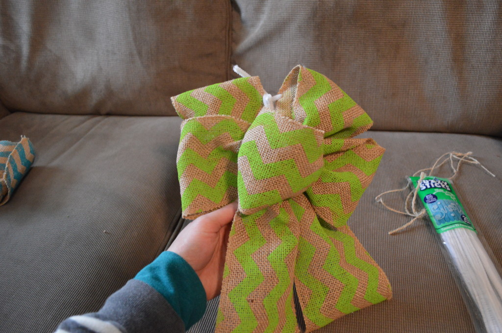 DIY Spring Wreath Burlap Bow 10