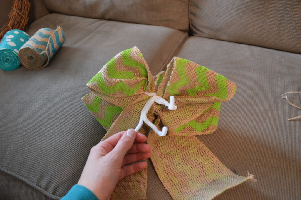 DIY Spring Wreath Burlap Bow 11
