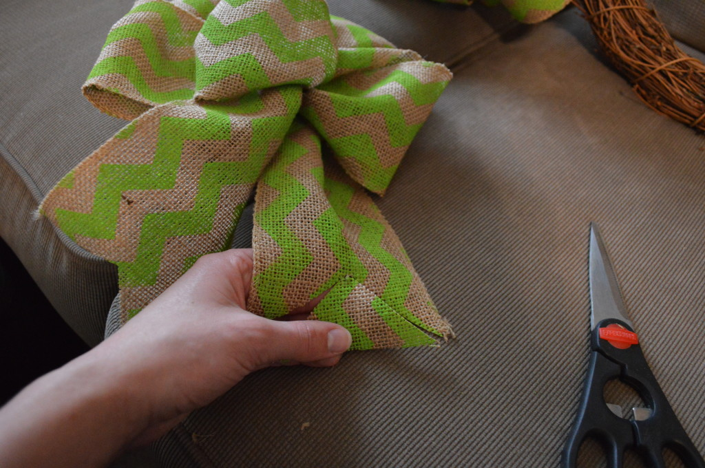 DIY Spring Wreath Burlap Bow 12