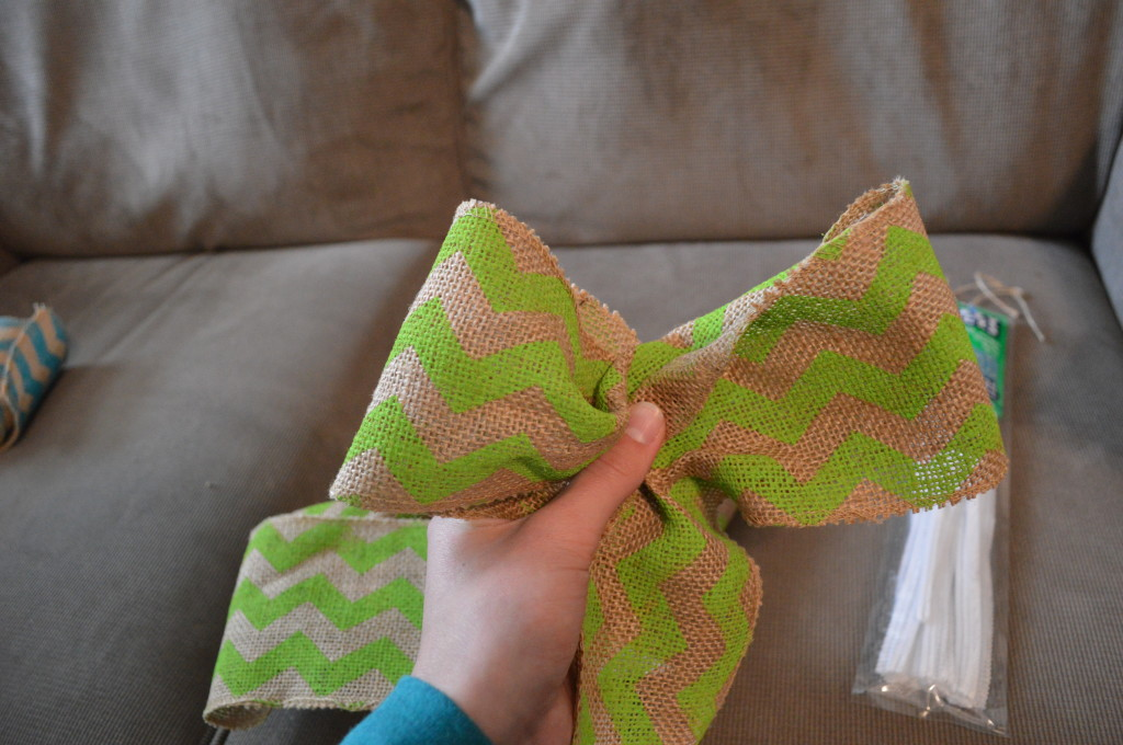 DIY Spring Wreath Burlap Bow 2