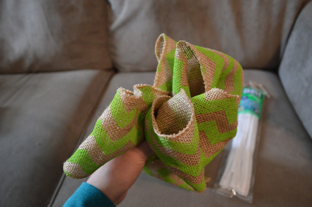 DIY Spring Wreath Burlap Bow 4