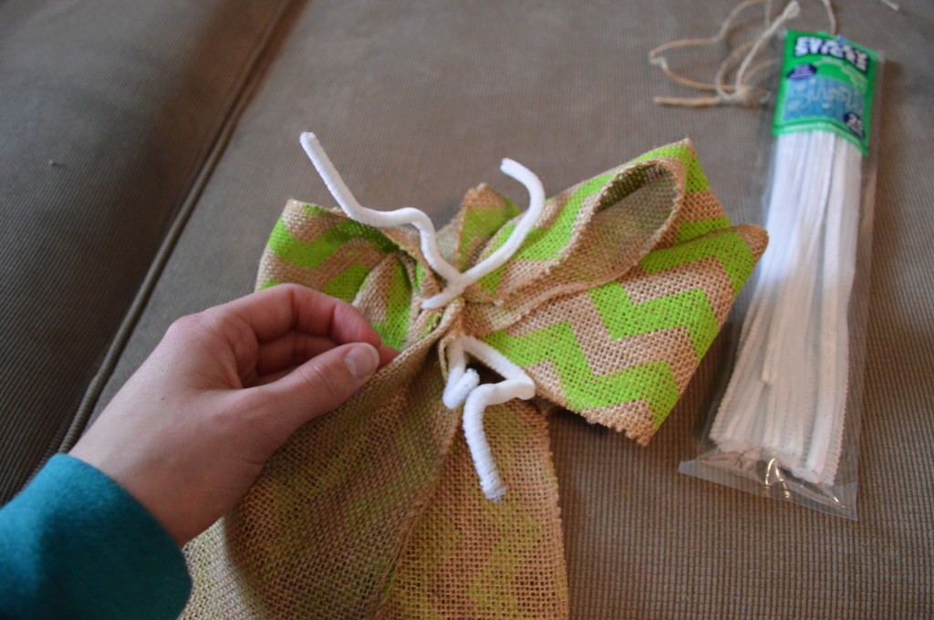 DIY Spring Wreath Burlap Bow 7