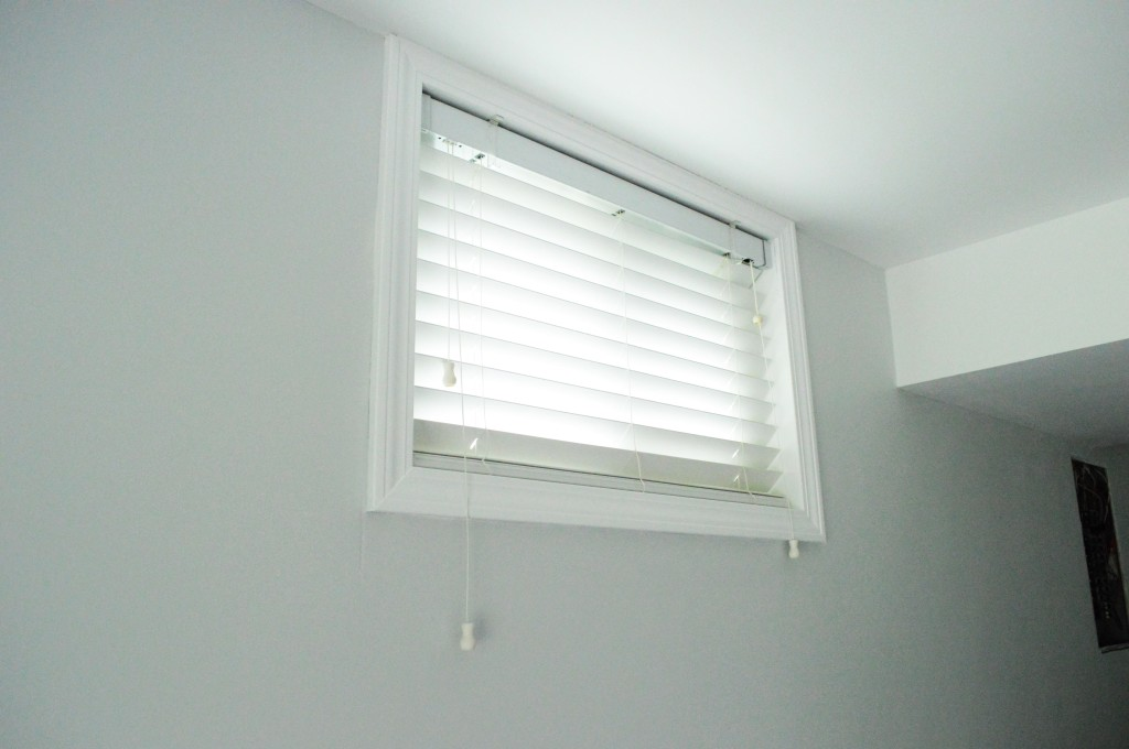 Hanging Window Blinds in Guestroom 2